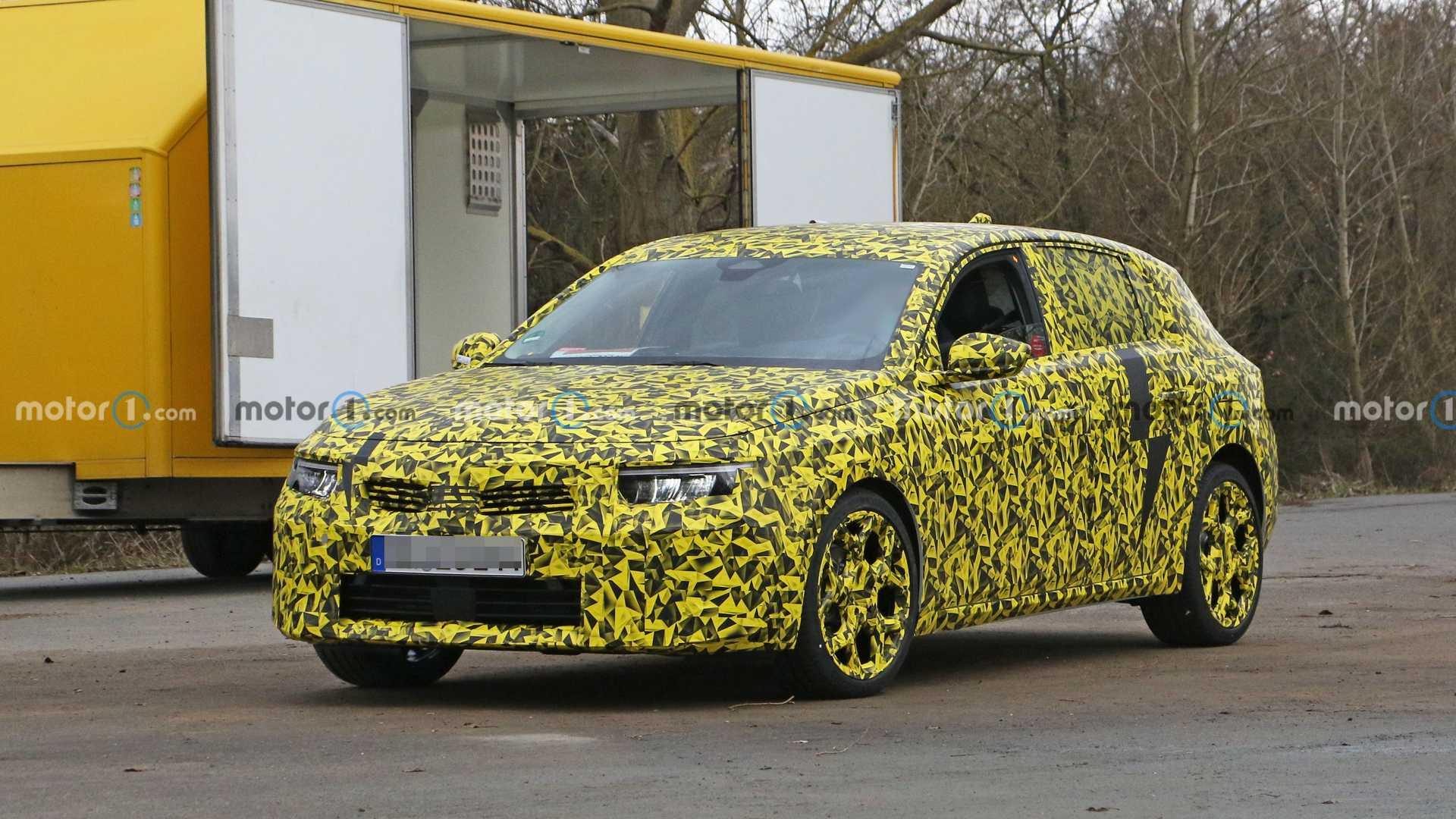 Nowy Opel Astra 2021 w kamuflażu